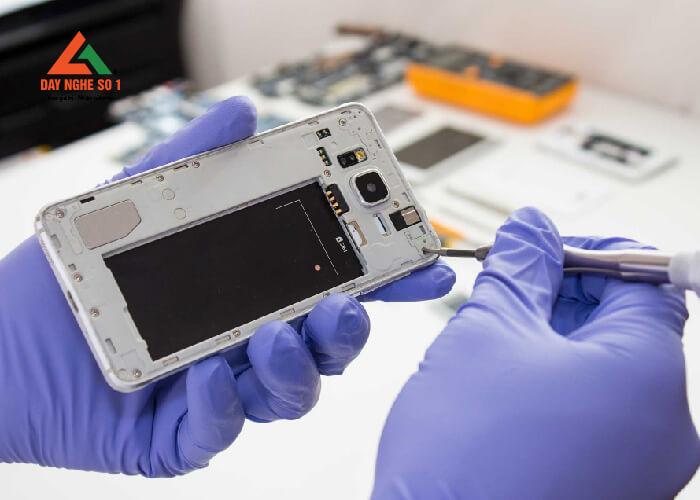 Học sửa chữa điện thoại chuyên sâu tại trung tâm Dạy nghề số 1
